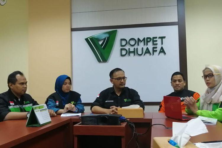 Dr .Imam Rulyawan, Selaku Dirut Dompet Dhuafa (tengah, kacamata) Dian Mulyadi, Selaku Corporate Communication (paling ujung kiri) Asep Beny, Direktur Disaster Management Center (DMC), (baju oranye) dr Rosita Rivai, GM program kesehatan, (paling kanan) Saat Jumpa Pers Kasus Kekerasan Yang dialami Anggota Medis Dompet Dhuafa di Kantornya di Kawasan Pasar Minggu, Jakarta Selata, Kamis (23/5/2019)