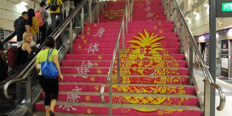 Dekorasi Imlek di salah satu stasiun MRT Singapura