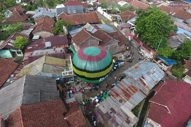 Balon udara tanpa awak yang hendak diterbangkan warga Purbalingga, Jawa Tengah, Rabu (28/6/2017) pagi.