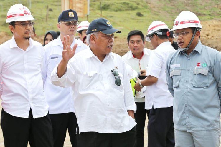 Menteri PUPR Basuki Hadimuljono saat meninjau proyek Tol Banda Aceh-Sigli.