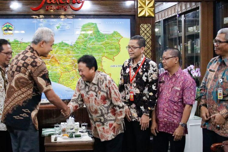 Gubernur Ganjar Pranowo menerima KaKanwil BPN Kota Semarang dalam rangka penyerahan sertifikat HPL Pemprov. Di Kawasan PRPP di Ruang Kerja Gubernur. Rabu (7/8/2019).