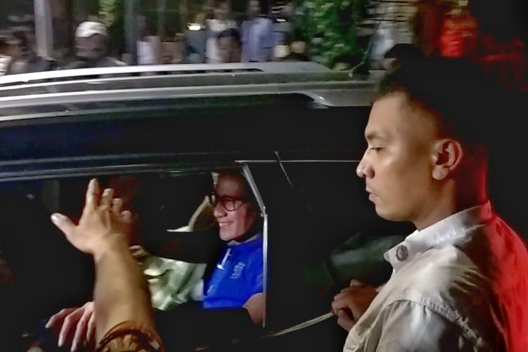 Calon wakil presiden nomor urut 02 Sandiaga Uno meninggalkan kediaman pribadi Prabowo Subianto di Jalan Kertanegara, Jakarta Selatan, Rabu (17/4/2019) malam.