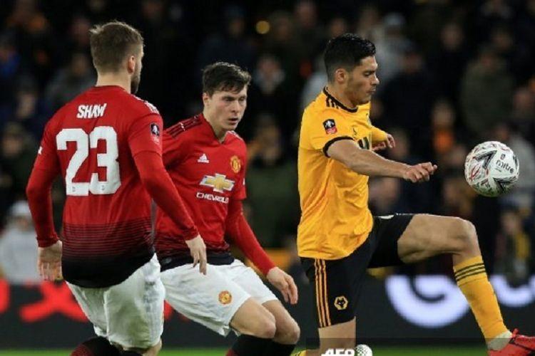 Striker Wolves Raul Jimenez melewati adangan dua pemain Manchester United, Luke Shaw dan Victor Lindelof, pada laga perempat final Piala FA, Sabtu 16 Maret 2019.