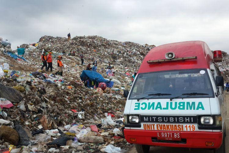 Sebuah ambulans disiapkan di TPA Supit Urang, Malang, sebagai persiapan untuk memberikan pertolongan kepada seorang  pemulung yang dikabarkan hiang tertimbun gundukan sampah yang longsor.