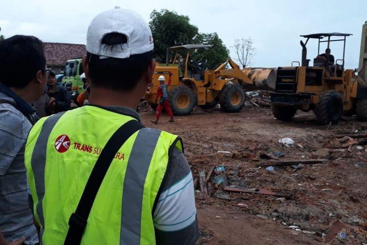 Sejumlah alat berat dikirimkan PT Hutama Karya (Persero) bekerja sama dengan beberapa BUMN karya untuk proses evakuasi korban dan membersihkan puing di wilayah Lampung Selatan yang terkena dampak tsunami.