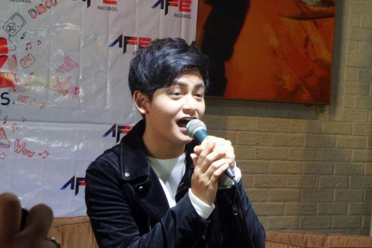 Randy Martin menyanyikan lagu Di Hatimu Ku Ini Siapa di Demang Restaurant Coffee Lounge, Thamrin, Jakarta Pusat, Jumat (2/3/2018).
