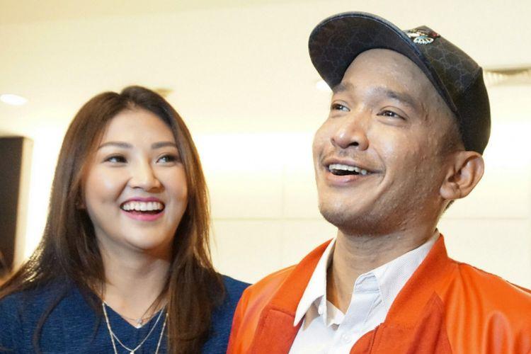 Pembawa acara Ruben Onsu dan sang istri, Sarwendah Tan,  menghadiri jumpa pers film Bus Om Bebek di gedung Pusat Perfilman H Usmar Ismail (PPHUI), Kuningan, Jakarta Selatan, Rabu (28/3/2018).