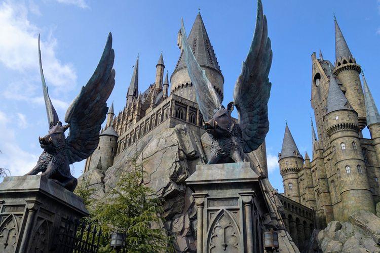 Universal Studio Japan merupakan salah satu taman hiburan yang terkenal di Osaka karena banyak menawarkan atraksi yang unik, seperti salah satunya Sekolah Hogwarts ini.