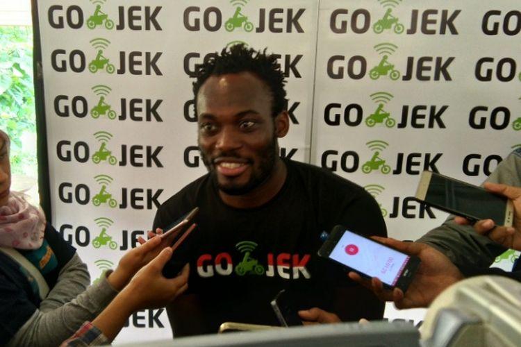 Marquee Player Persib Michael Essien saat hadir dalam acara meet and great yang digagas oleh Go-Jek di Kopi Armor, Dago Pakar, Kamis (31/8/2017).