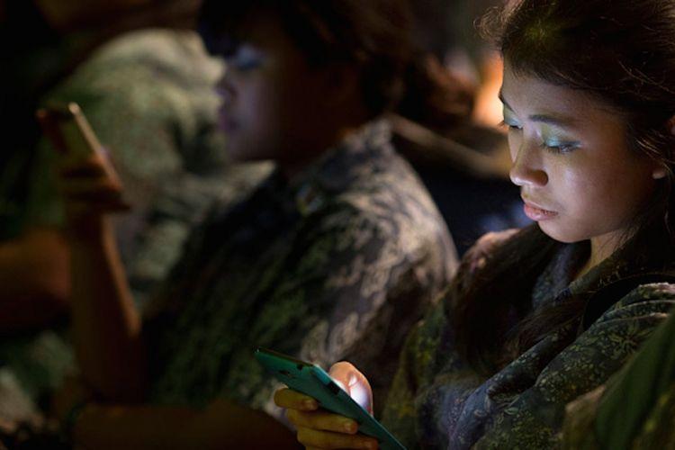 7 Efek Buruk Cahaya Layar Ponsel bagi Mata di Malam Hari Halaman all ... 3186936b04