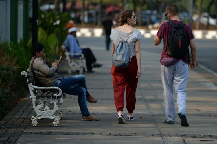 Wisatawan mancanegara berjalan kaki menyusuri pedestrian di kawasan Monas, Jakarta, Rabu (13/9/2017). Pedestrian yang nyaman dan bersih dirawat menyenangkan warga untuk beraktivitas jalan kaki.