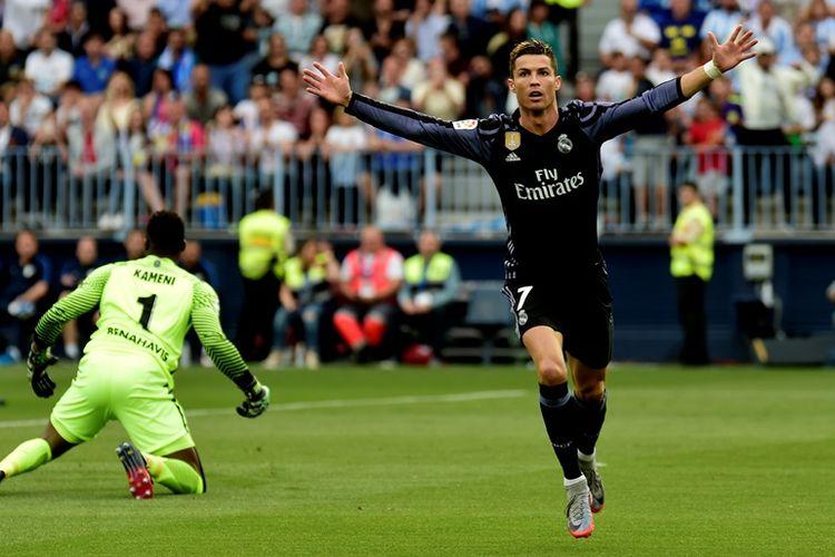 Penyerang Real Madrid, Cristiano Ronaldo, merayakan golnya, seusai membobol gawang Malaga pada pertandingan terakhir La Liga di Stadion La Roselada pada 21 Mei 2017.