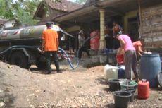 Kekeringan, Warga Desa Mlinjon Trenggalek Simpan Ember di Pinggir Jalan
