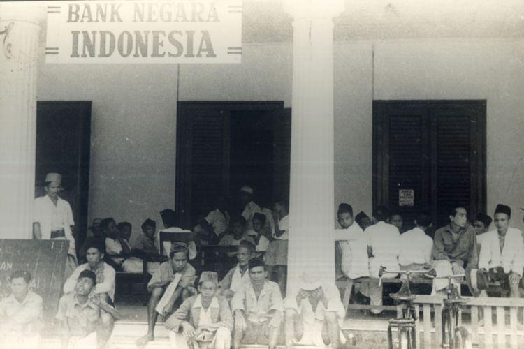 Kesibukan Rakyat Menukarkan Uang Jepang dengan Uang Republik di Kantor Pos Pasar Baru dan di Bank Negara Indonesia Menteng Raya Tgl 29 October 1946  A 06 Thn 1946 H 06