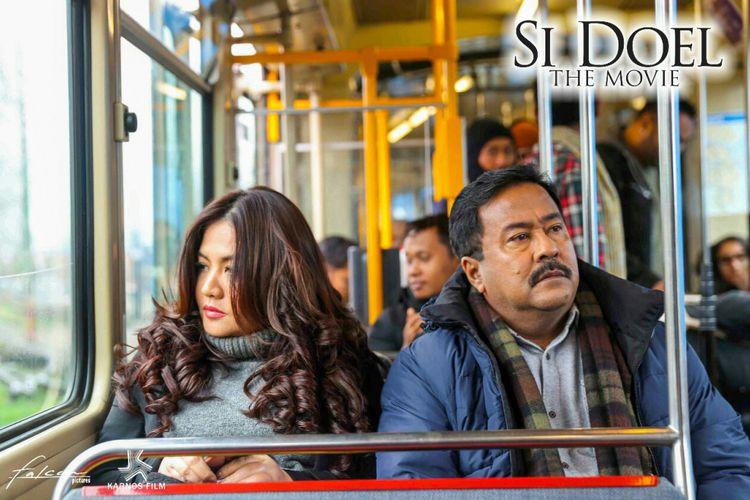 Tokoh Sarah (Cornelia Agatha) dan Doel (Rano Karno) dalam salah satu adegan di film Si Doel The Movie.