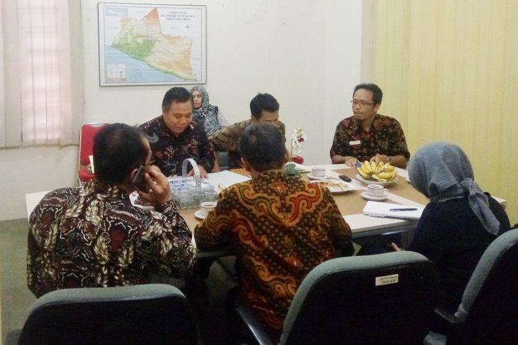Kepala Ombudsman RI Perwakilan DIY Budhi Masthuri (belakang kiri) saat meminta penjelasan Rektor UGM Panut Mulyono