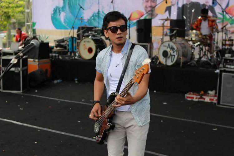 Pemain bass grup band Seventeen, Muhammad Awal Purbani atau Bani.