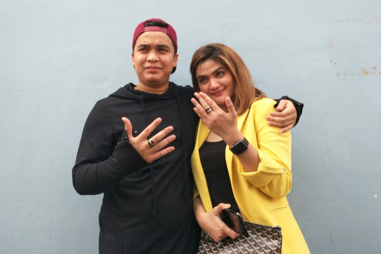 Pembawa acara yang juga komedian, Billy Syahputra dan kekasihnya Hilda Fitria saat ditemui di Gedung Trans TV, Tendean, Jakarta Selatan, Senin (7/5/2018).