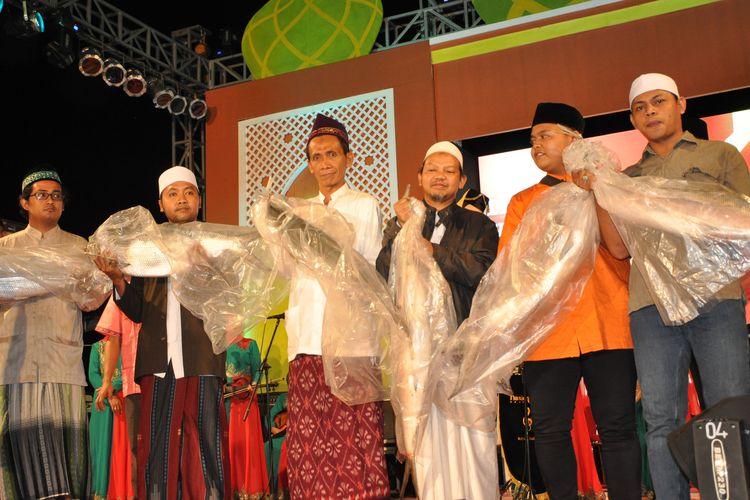 Para pemenang Kontes Bandeng di Gresik pada edisi tahun sebelumnya.