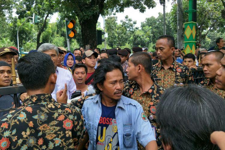 Merasa Dipermainkan, Sopir Angkot: 'Jangan usaha kami dimatikan dulu. Saya sudah kelaparan, baru ditawarkan program itu'