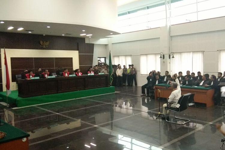 Terdakwa pelanggar UU ITE, Buni Yani saat hadir dalam sidang vonis di Gedung Dinas Perpustakaan dan Kearsipan (Dispusip) Kota Bandung, Jalan Seram, Kota Bandung, Selasa (14/11/2017).