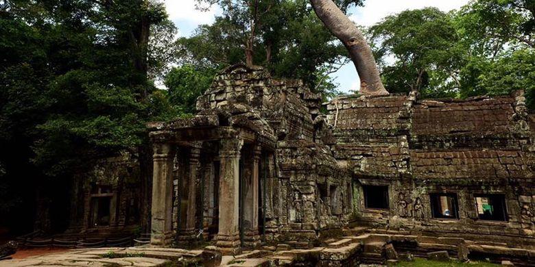 Kuil Phnom Bakheng di Kamboja.