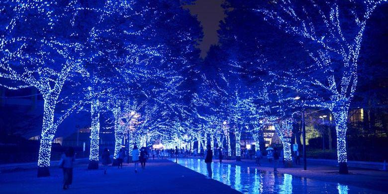 Lampu berwarna biru dipasang di sepanjang jalan taman Shibuya dan deretan pohon Keyaki di taman Yoyogi, Tokyo, Jepang. Event iluminasi ini digelar mulai 22-31 Desember 2017.