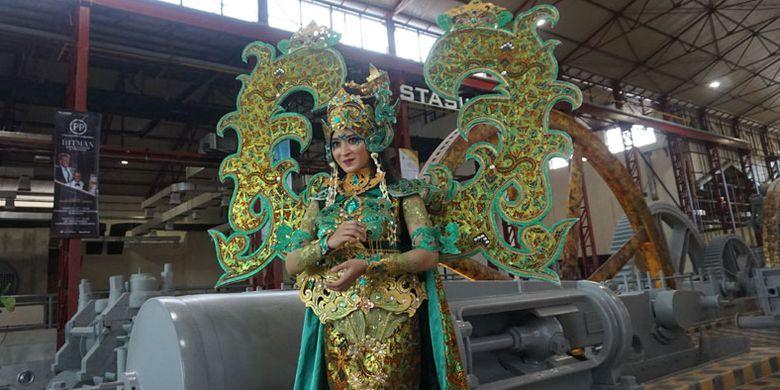 Peserta Solo Batik Carnival di Pabrik Gula Colomadu di Karanganyar, Jawa Tengah, Kamis (22/3/2018). Pabrik gula ini direvitalisasi menjadi tempat wisata dan kawasan komersial. Kini namanya berubah menjadi De Tjolomadoe.