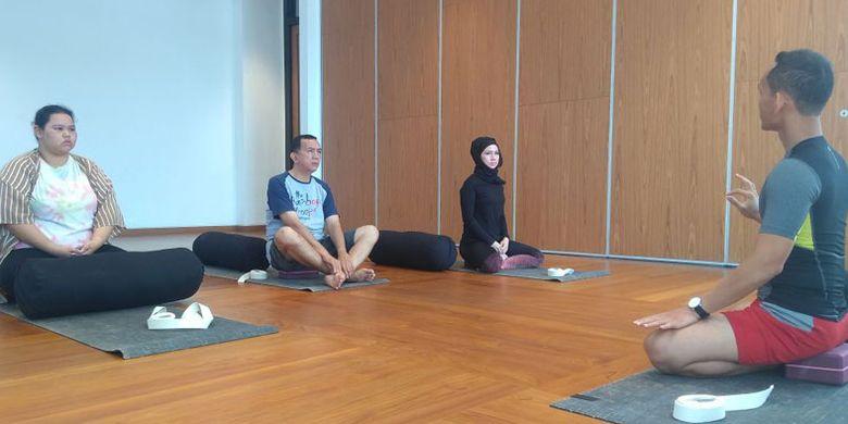 Yoga bersama instruktur di Como Uma Canggu, Jalan Pantai Batu Mejan, Canggu, Kabupaten Badung, Bali, Selasa (10/4/2018).