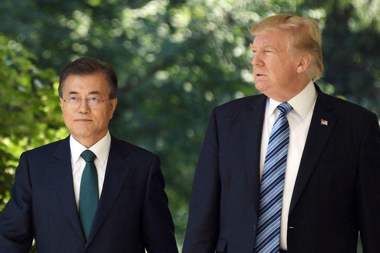 Presiden Korea Selatan Moon Jae-in (kiri) bersama Presiden AS Donald Trump (kanan) saat keduanya bertemu di Washington DC, pada 30 Juni 2017.