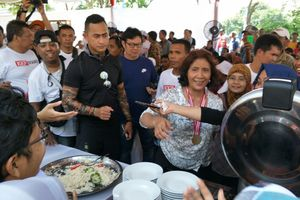Usai Kalahkan Sandiaga, Susi Traktir Makan Para Nelayan