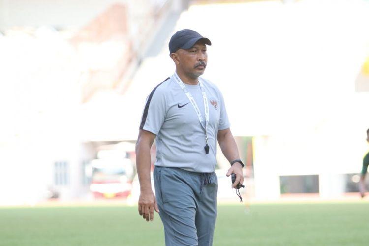 Fakhri Husaini saat memimpin seleksi Tim Nasional Indonesia U-19 di Stadion WIbawa Mukti, Bekasi, Kamis (25/4/2019)