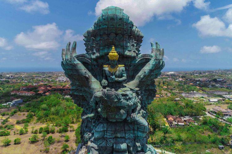 Penampakan Patung Garuda Wisnu Kencana (GWK) dari udara usai diresmikan di Kuta Selatan, Bali, Minggu (25/09/2018). Patung setinggi 121 meter dengan lebar 64 meter tersebut resmi diresmikan dan menjadi patung tertinggi ketiga di dunia.