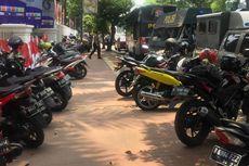 Ada Demo, Motor Parkir Berjejer di Trotoar Jalan Medan Merdeka Barat