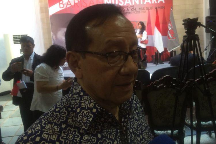Wakil Ketua Dewan Kehormatan Golkar Akbar Tandjung di Kantor relawan Barisan Nusantara di Rumah Relawan Barnus, Cempaka Putih Timur, Jakarta Pusat, Sabtu (10/11/2018).