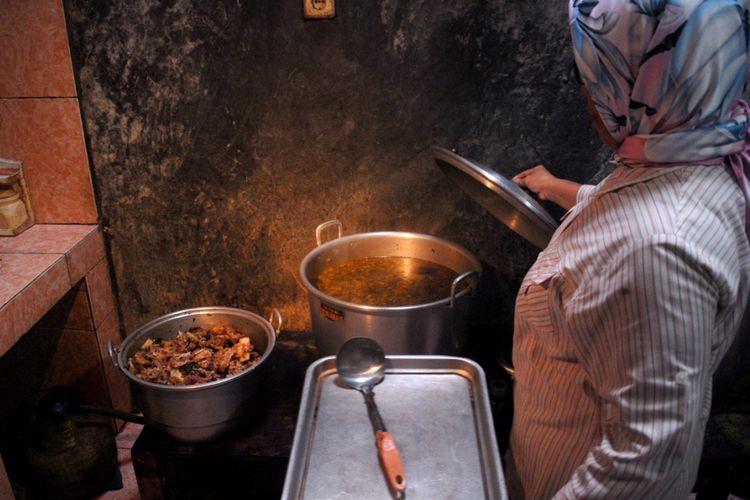?Paryati (56) menyajikan becek iga sapi di warungnya sekaligus kediamannya di Desa Krangganharjo, Kecamatan Toroh, Kabupaten Grobogan, Jawa Tengah, Jumat (1/2/2019).