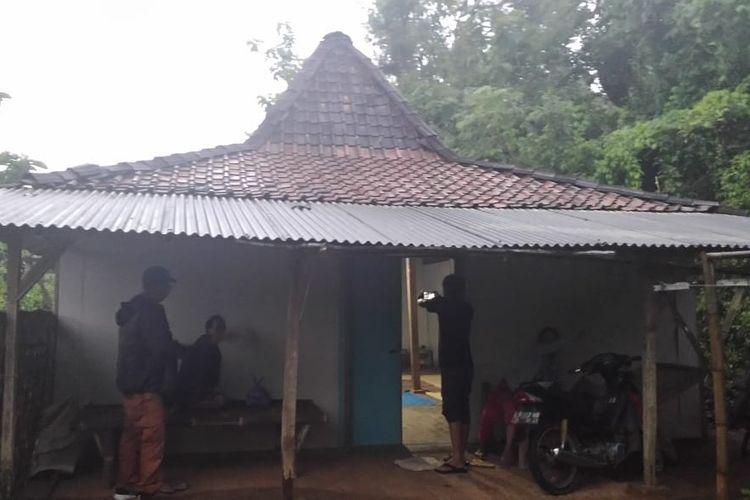 Inilah salah satu rumah warga Desa Watu Bonang, Kecamatan Badegan, Kabupaten Ponorogo yang dijual pemiliknya senilai Rp 20 juta untuk dijadikan bekal pindah ke Malang. Warga nekat menjual rumahnya setelah termakan isu kiamat dari tokoh Toriqoh Musa, Katimun.