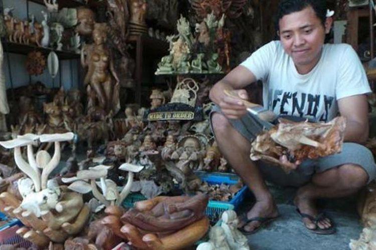 Kerajinan seperti patung jamur dan gajah di Pasar Seni Sukawati, Gianyar, Bali, yang diminati wisatawan.