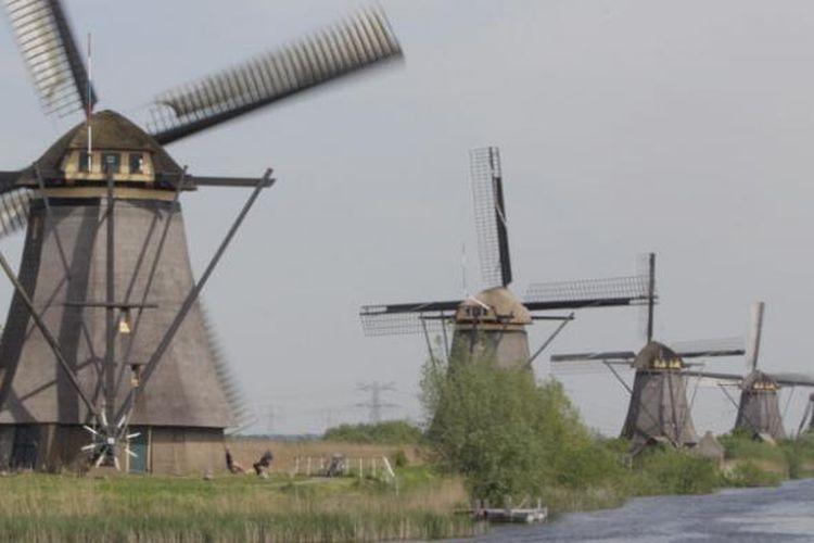 Pemandangan kincir angin di desa Kinderdijk, Belanda, Senin (9/5/2016). Kinderdijk merupakan desa yang memiliki belasan kincir angin yang saat ini digunakan sebagai pompa air. Kinderdijk masuk ke dalam daftar UNESCO World Heritage pada 1997.