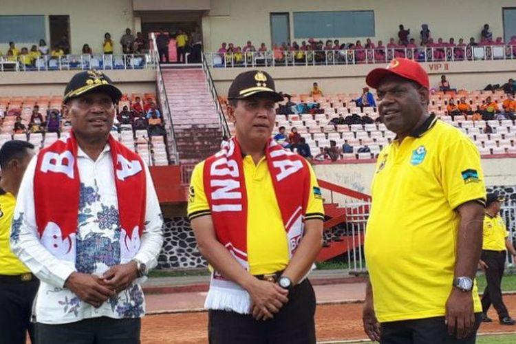 Walikota Jayapura, Benhur Tomi Mano, Kapolda Papua, Irjen Boy Rafli Amar, dan Kadispora Papua, Yusuf Yambe (dari kiri ke kanan) di Stadion Mandala, Jayapura, Kamis (14/12/2017).