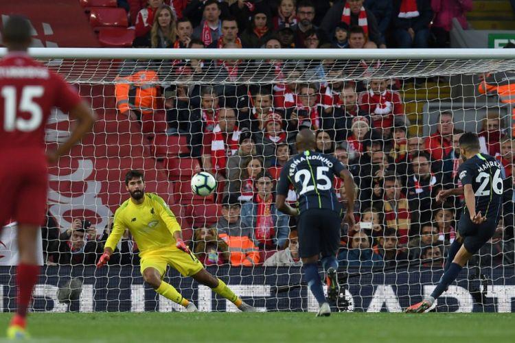Kegagalan penalti Riyad Mahrez warnai duel Liverpool vs Manchester City di Stadion Anfield dalam lanjutan Premier League, 7 Oktober 2018.