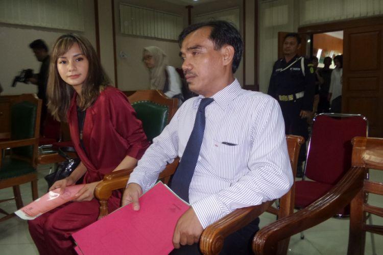 Kirana Larasati bersama kuasa hukumnya dalam ruang sidang Pengadilan Agama Jakarta Selatan pada Kamis (13/7/2017).