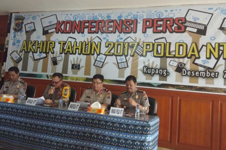 Kapolda NTT Irjen Polisi Agung Sabar bersama pejabat polda NTT, saat menggelar konferensi pers bersama sejumlah wartawan