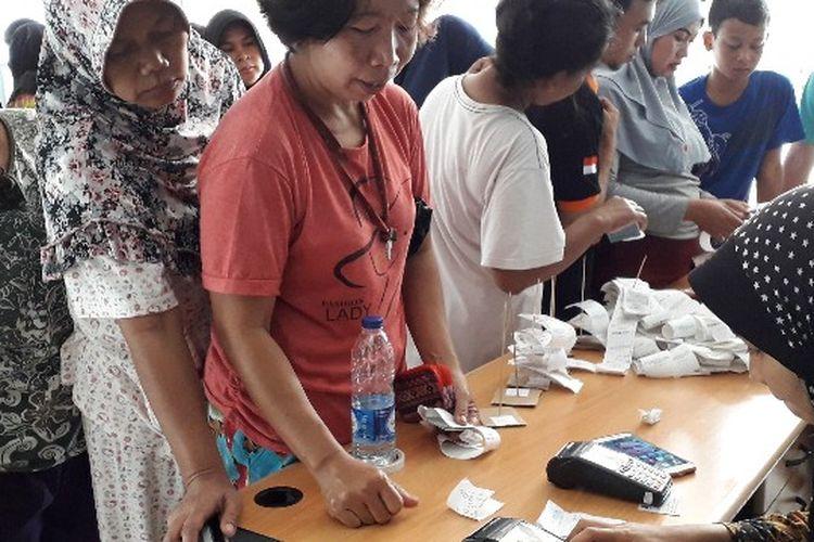 Pembelian pangan murah di RPTRA Matahari, Maphar, Tamansari, Jakarta Barat pada Selasa (20/2/2018).