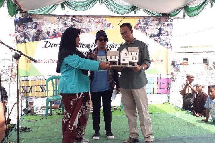 Gubernur DKI Jakarta Anies Baswedan menerima maket rumah impian dari warga Kampung Akuarium, Penjaringan, Jakarta Utara pada Sabtu (14/4/2018).