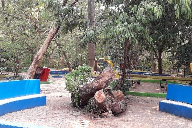 Taman bermain di Hutan Kota Srengseng, Jalan H. Kelik, Srengseng, Kembangan, Jakarta Barat pada Kamis (11/10/2018).