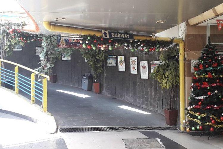 Pernak-pernik menyambut Hari Natal mulai ramai menghiasai Terowongan Penyebrangan Orang Kota Tua, Jakarta Barat pada Senin (17/12/2018).