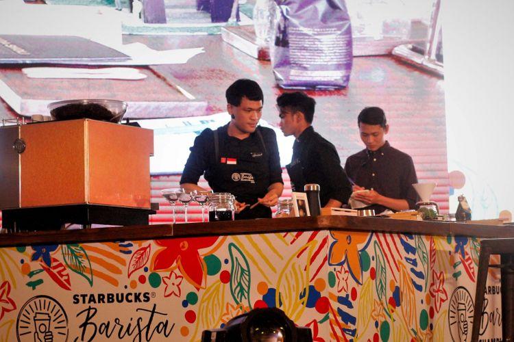 Fariz saat meracik kopi di Starbucks Barista Championship 2018