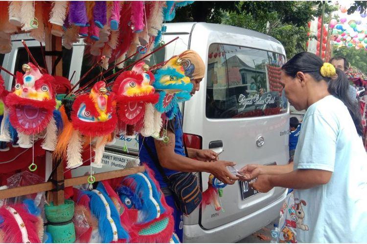 Satu dagangan mainan barongsai milik Nanang terbeli di kawasan Pasar Gede Solo.