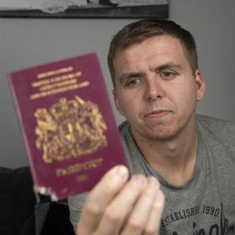 Paspor Daniel Farthing rusak digigit anjing peliharaannya, Milo. (Mirrorpix)